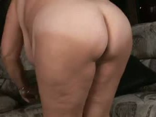 A big mature woman tries anal