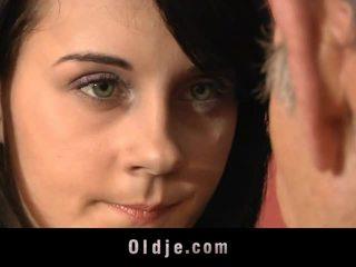 Leila অনুশীলন যৌন exercises সঙ্গে পুরাতন মানুষ
