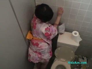 Азиатки момиче в kimono прецака от зад изпразване към дупе в на toilette