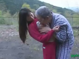 Азиатки момиче getting тя путка licked и прецака от стар мъж изпразване към дупе на открито при