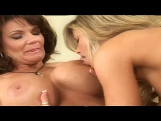 Two kajenje vroče zreli lezbijke bejbe skupaj v postelja