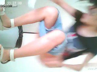 Cina gadis pergi untuk toilet.10