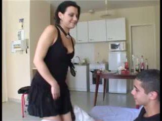 Il prend la fille par изненада et ejacule dans sa chatte