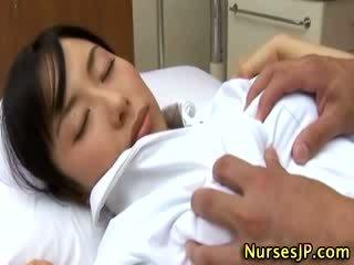 Japán ázsiai ápolónő tapogatás által neki beteg