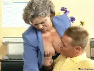 Nenek hubungan intim dengan sebuah muda laki-laki video
