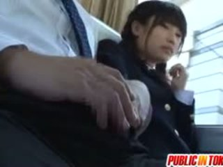Atemberaubend teen schulmädchen has spaß reiten schwanz auf ein bus
