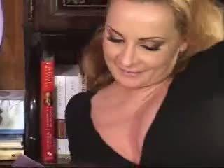 امرأة سمراء, اللسان, جنس