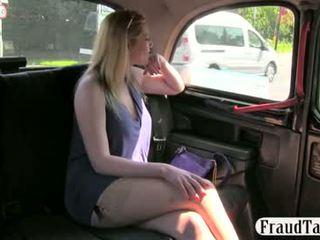 Milf amatöör offered raha jaoks seks poolt a taxi