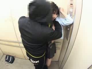 Schoolgirls ग्रोप्ड में एक स्कूल elevator