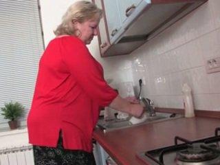 Дебели бабичка в на кухня r20