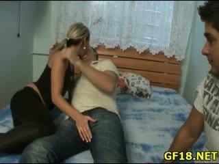 Viņa spreads kājas plats atvērts un feels cik šī grūti dzimumloceklis