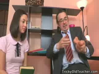 Mieze bith gefickt mit lehrer im seine büro.
