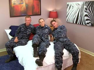 Sexy navy vajzë fucks të saj sailors