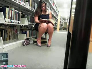 Nakal babe masturbates di itu perpustakaan