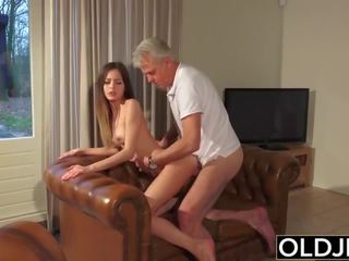 Vanha ja nuori porno - lastenhoitaja pillua perseestä mukaan vanha mies ja swallows kumulat