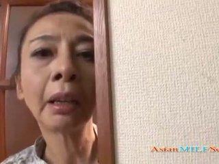 Mature asiatique femme en une string sucks une bite
