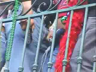 Puppe mädchen gruppe enjoying vorführung brüste