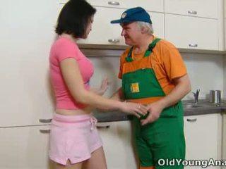 Dasha on waiting edasi tema köögis counter alone sisse a roosa outfit täna