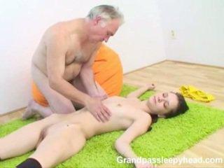 Grandad has セックス 十代の sleepyhead と spunks onto 彼女の