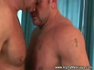 Rijpere dekhengst seduces een homo door tonen af