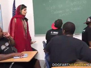 Nadia ali learns na rukoväť a bunch na čierne cocks