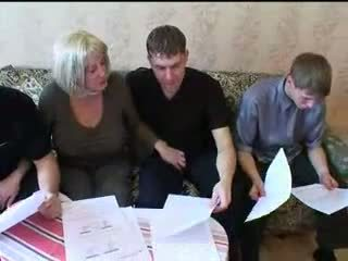 ママ と 3 sons ホット 家族 セックス 乱交パーティー