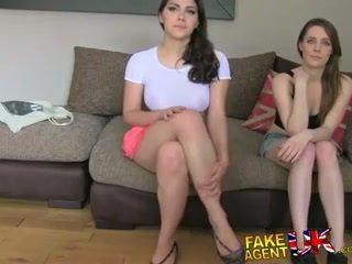 Fakeagentuk two fete fericit pentru la dracu îl pentru o porno muncă lezzing în sus și anal