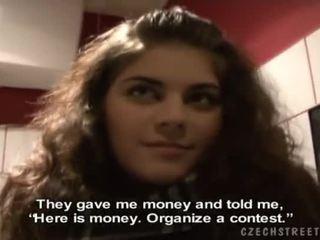Vackra brunett zuzana gives en huvud för kontanter