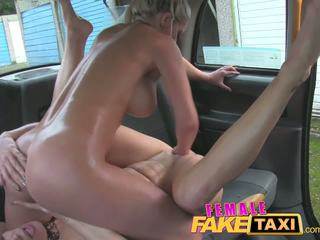 Femalefaketaxi finger-fucking une se adapter nana