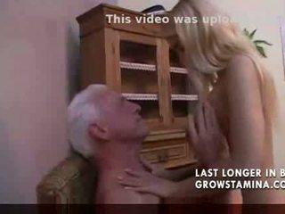 Heerlijk blondine fucks oud man