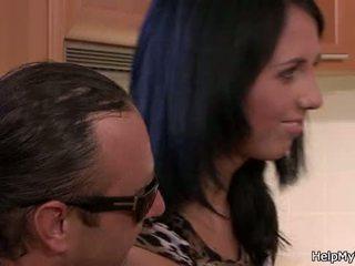 I vjetër bashkëshort duke parë brune cuckolds
