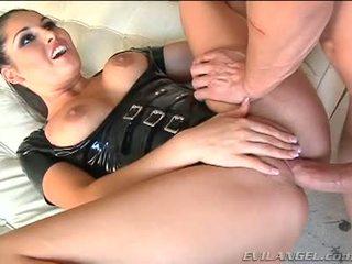 Emma cummings v latex oblek gets fucked právo v the zadok