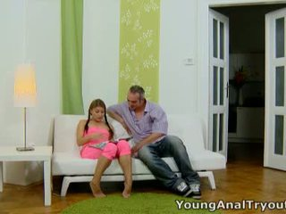 Anna sits quietly dalam beliau seksi merah jambu outfit dan looks seksi waiting untuk beliau lelaki