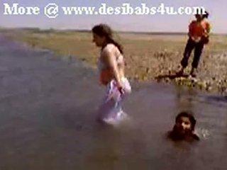Pakistanietiškas sindhi karachi aunty nuogas river bath