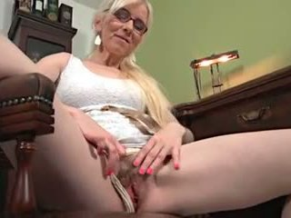 Reif blond solo masturbation auf ein tisch