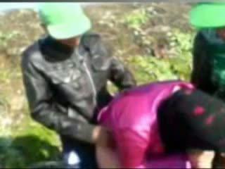 Heet egyptisch meisje geneukt door tow man's in boerderij