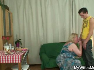Debelušne mati inlaw lures mu v seks