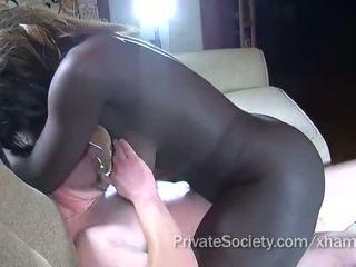 Mørk jente fucks en mann twice henne alder