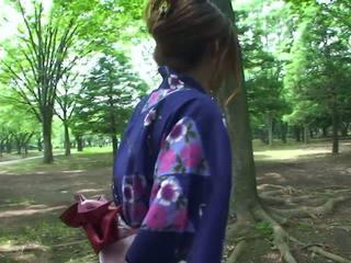 Seksi geisha di seragam sucks kontol di itu toilets