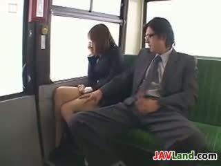 Японська дівчина смокче пеніс в the автобус
