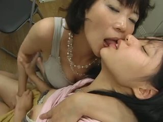 Giapponese matura lesbica hits su giovanissima video