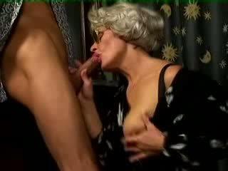 Buah dada besar perempuan tua kacau oleh muda laki-laki video
