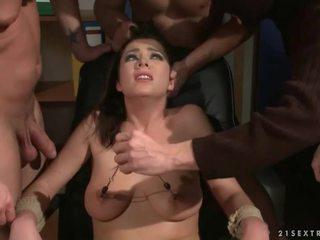 Trois guys punishing et baise une esclave fille