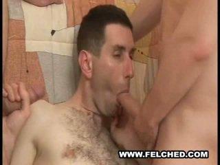 Homo trekanter felching cum från röv till mun