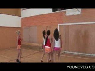 Schoolgirls s lust za seks fukanje v lesbo skupinsko posilstvo