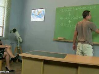 Vieux prof gets baisée par son étudiant