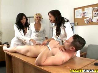 Ragazze having divertimento nudo