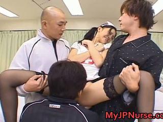 Aino kishi aziatike infermiere spreads të saj këmbë