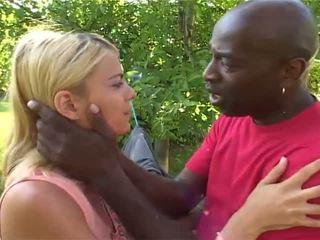 Anna the נחמד בלונדינית has shaged על ידי לבן ו - אפריקנית guys
