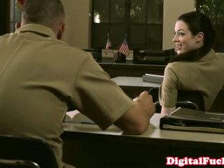 Drobounký vojenský kotě stoya kancelář demands ústní od soukromý